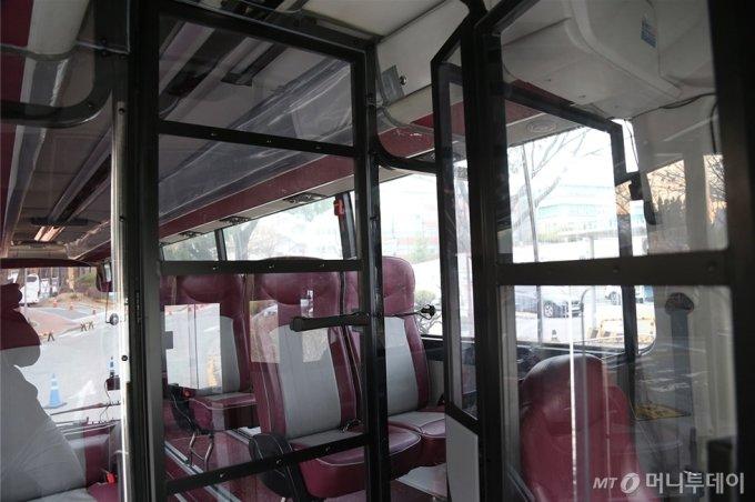 서울대병원에서 코로나 확진 환자 이송지원을 위해 개조한 버스 내부/사진제공=서울대병원