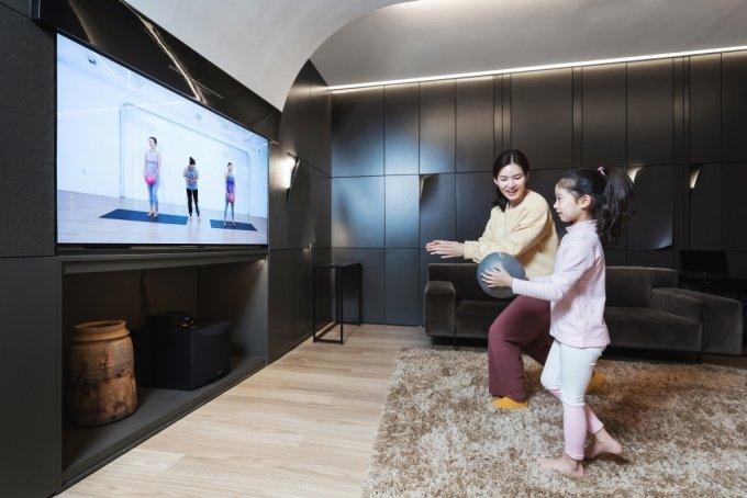 LG디스플레이의 '2020 오픈 이노베이션 포럼 공모전'에서 스타트업이 개발한 가족맞춤형 운동 처방 서비스를 시연하고 있다. /사진제공=LG디스플레이
