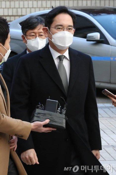 이재용 삼성전자 부회장이 23일 서초구 서울고등법원에서 열린 국정농단 사건 파기환송심 재판에 출석하고 있다. / 사진=이기범 기자 leekb@