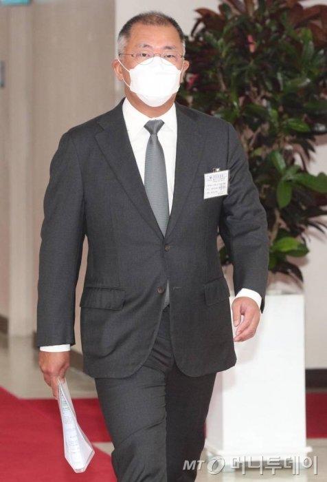 15일 서울정부청사에서 수소경제위원회가 열린 가운데 정의선 현대차회장이 회의실에 입장해  있다. /사진=김휘선 기자