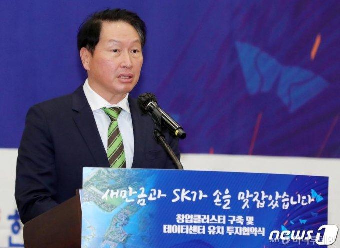 최태원 SK그룹 회장이 24일 전북 군산시 새만금컨벤션센터에서 열린 창업클러스터 구축 및 데이터센터 유치 투자협약식에서 답사를 하고 있다. /사진=뉴스1