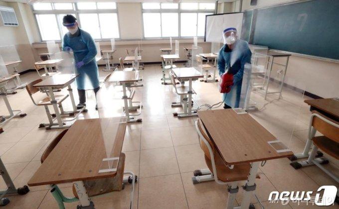 (대전=뉴스1) 김기태 기자 = 2021학년도 대학수학능력시험을 일주일 앞둔 26일 오전 대전고등학교에서 관계자들이 시험장에 칸막이 설치와 방역을 하고 있다. 2020.11.26/뉴스1