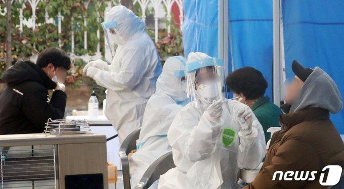 (서울=뉴스1) 김명섭 기자 = 시민들이 26일 서울 동작구청에 마련된 선별진료소에서 신종 코로나바이러스 감염증(코로나19) 검사를 받고 있다. 이날 코로나19 일일 확진자가 26일 0시 기준 583명을 기록했다. 전일대비 201명이 증가한 규모로 지난 3월 6일 0시 일일 확진자 516명 발생 후 265일만 500명대 규모로 복귀했다. 2020.11.26/뉴스1