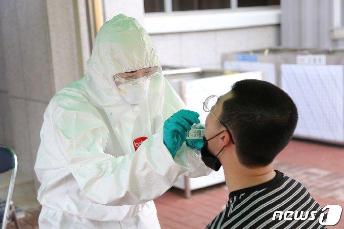 지난 5월18일 육군 1사단 신병교육대대에서 입영장정을 대상으로 PCR검사(유전자 증폭) 전수조사를 위한 검체 채취를 하는 모습. (육군 제공) 2020.5.18/뉴스1