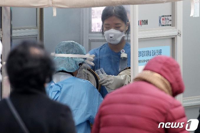 [사진] 검체 채취 준비하는 의료진