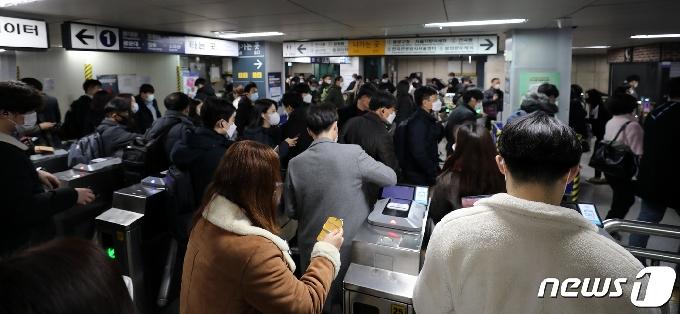 [사진] '빨리 귀가하세요' 오늘 밤10시부터 서울 지하철 운행 20% 감축