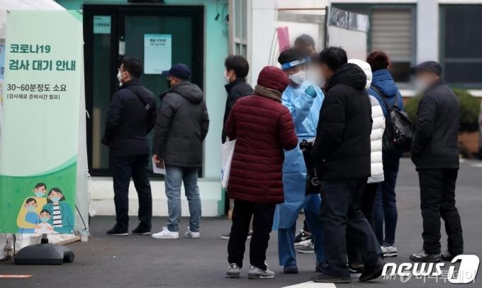 [속보]신규확진 569명...이틀연속 500명대, 서울 200명 넘어
