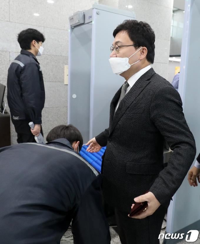 [사진] 소지품 검사 실시하는 이상직 의원