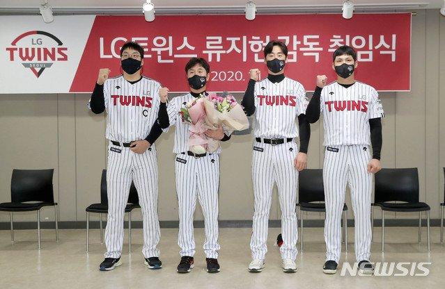 (왼쪽부터) 김현수, 류지현 감독, 진해수, 오지환. /사진=뉴시스