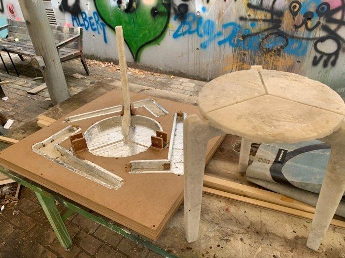 의자 틀과 완성된 폐마스크 의자./사진=이강준 기자
