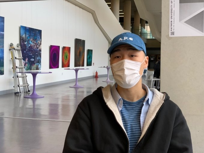 27일 정오 경기도 의왕시 계원예대의 한 건물에서 리빙디자인과 학생 김하늘씨(23)가 기자와 인터뷰하고 있다./사진=이강준 기자