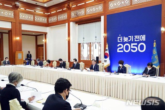 [서울=뉴시스]박영태 기자 = 문재인 대통령이 27일 청와대에서 열린 '2050 탄소중립 범부처 전략회의'에 참석해 발언을 하고 있다. 2020.11.27. since1999@newsis.com