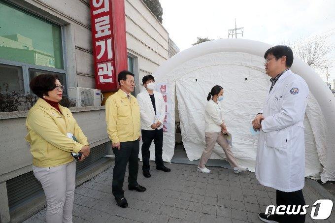 권익현 전북 부안군수가 신종 코로나바이러스감염증 선별진료소를 운영하고 있는 부안성모병원을 찾아 현장점검을 진행하고 있다./© 뉴스1