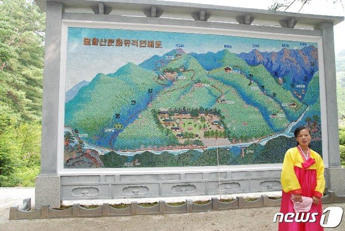 2007년 5월 보현사 해설강사가 '묘향산문화유적안내도' 앞에서 보현사의 역사에 대해 설명하고 있다. (미디어한국학 제공) 2020.11.28.© 뉴스1