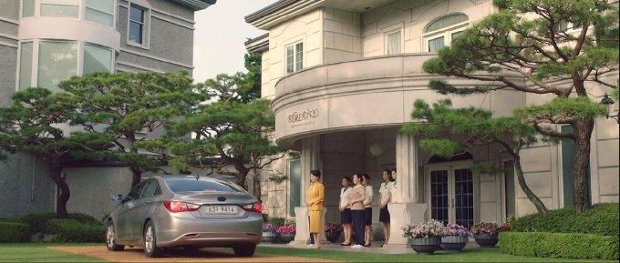 드라마 '산후조리원'의 한 장면. 현진의 부부를 맞이하는 산후조리원 세레니티.(tvN 제공)© 뉴스1