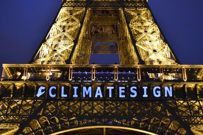 프랑스 파리 에펠탑에 '클라이밋사인(CLIMATESIGN)'이라는 로고가 비춰지고 있다. 2015.12.13  / 사진제공=뉴시스/신화
