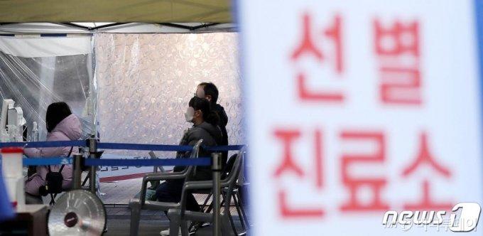 (서울=뉴스1) 박지혜 기자 = 신규 확진자가 사흘째 500명대를 기록한 28일 오후 서울 송파구보건소에 마련된 선별진료소를 찾은 시민들이 신종 코로나 바이러스 감염증(코로나19) 검사를 받기 위해 대기하고 있다.  코로나19 신규 확진자는 이날 0시 기준으로 504명 발생했다. 국내 지역발생이 486명, 해외유입이 18명이었다. 전날 569명보다 65명 감소했으나 3일째 500명대를 이어갔다.  2020.11.28/뉴스1