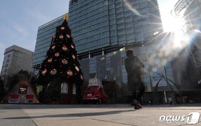 (서울=뉴스1) 박세연 기자 = 크리스마스와 연말을 앞둔 27일 대형 트리가 설치된 서울 영등포구 타임스퀘어앞 광장이 코로나19 확산으로 인해 비교적 한산한 모습을 보이고 있다. 2020.11.27/뉴스1