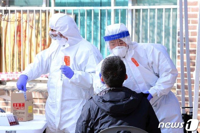강원 인제 북면의 한 아파트에 설치된 코로나19 이동선별진료소에서 검사가 이뤄지고 있다.(자료사진)© 뉴스1