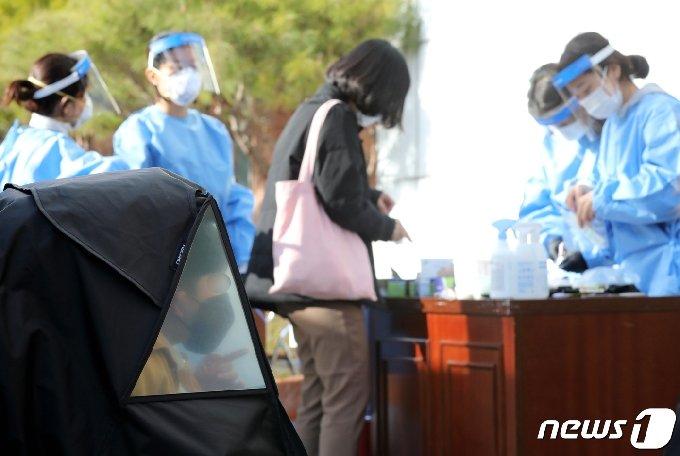 충북의 신종 코로나바이러스 감염증(코로나19) 확산세가 좀처럼 수그러들지 않으면서 동시다발 걷잡을 수 없이 퍼지고 있다. 28일 오후 6시 현재까지 이날 하루에만 20명의 추가 확진자가 발생했다. 사진은 기사와 관련 없음.2020.11.28/© News1