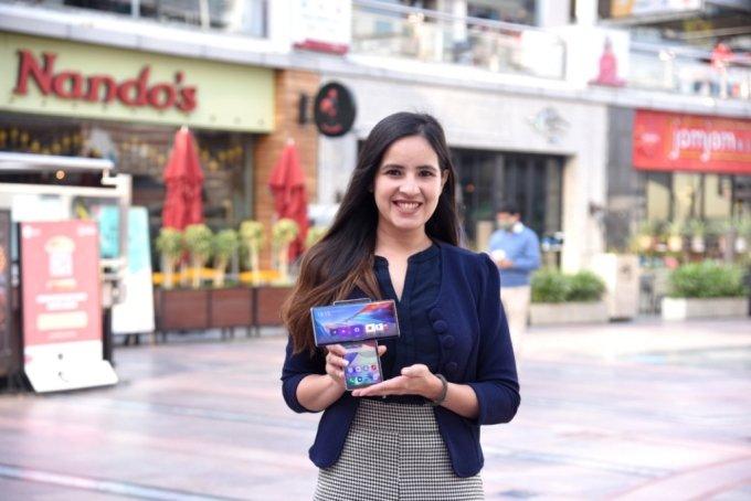 인도 구르가온에 위치한 한 쇼핑몰에서 모델이 LG전자 전략 스마트폰 'LG 윙'을 소개하고 있다. /사진=LG전자