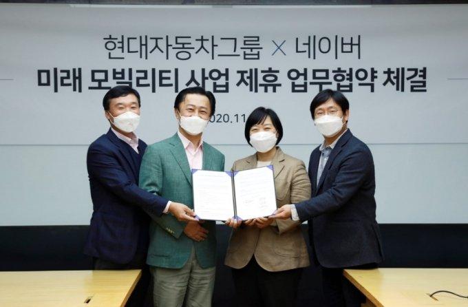 (왼쪽 두번째부터)지영조 현대·기아차 전략기술본부 사장과 한성숙 네이버 대표.