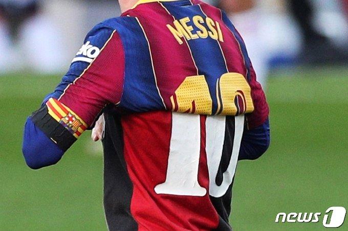 바르셀로나 유니폼 안에 뉴웰스 올드 보이스 유니폼을 겹쳐 입고 마라도나를 추모한 메시 © 로이터=뉴스1