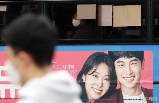 [서울=뉴시스] 고승민 기자 = 정부가 사회적 거리두기 1.5단계로 코로나19 유행세를 통제하겠다고 나섰지만 작업장과 사우나 등 일상감염이 지속되고 있는 18일 서울 광화문 사거리에서 마스크를 쓴 시민들이 출근하고 있다. 2020.11.18.   kkssmm99@newsis.com