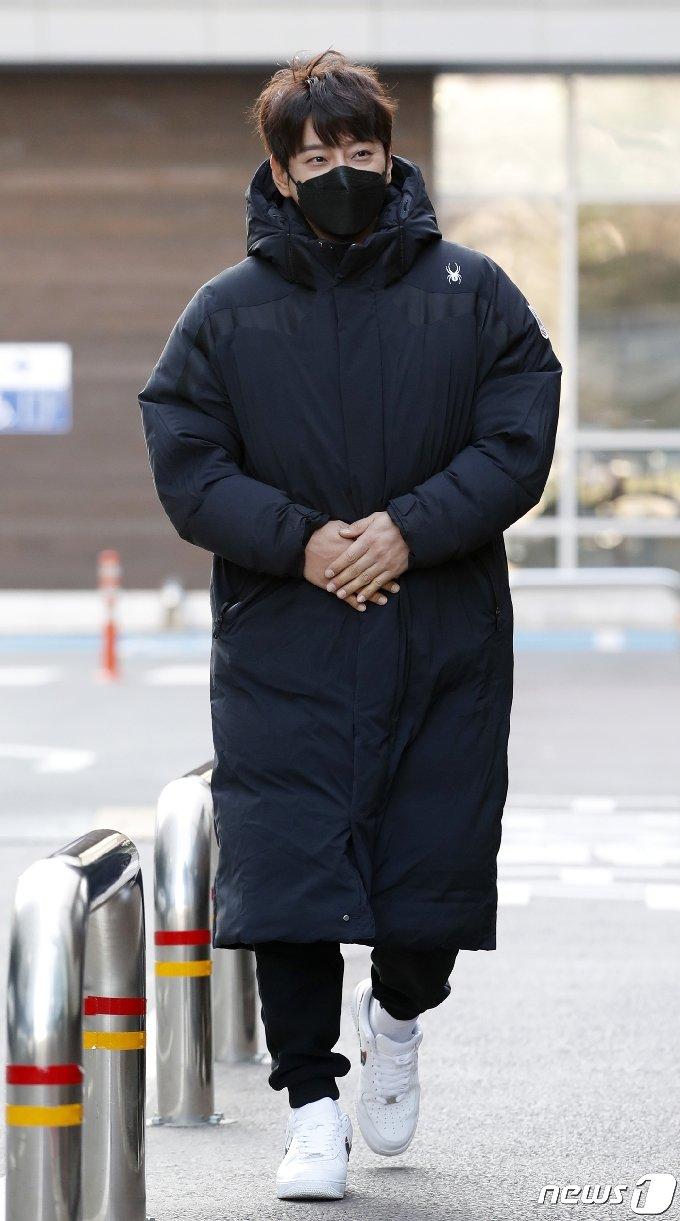 [사진] 황치열 '추운 날씨엔 롱패딩'