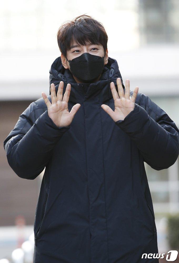 [사진] 황치열 '강추위 녹이는 따뜻한 인사'