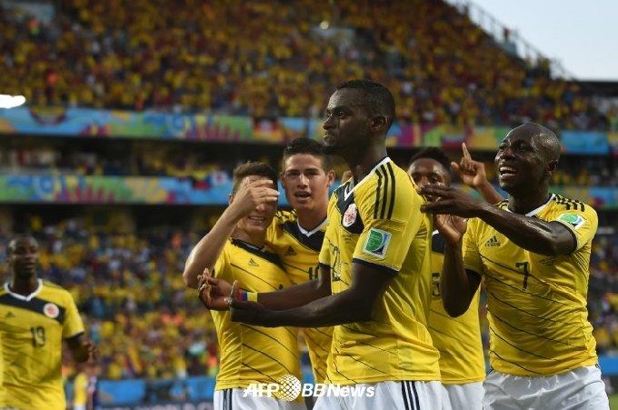 2014년 6월 24일(현지시각) 2014 브라질 월드컵 일본과 C조 조별리그 경기서 골을 넣은 뒤 동료들과 함께 기뻐하고 있는 잭슨 마르티네즈(가운데). /AFPBBNews=뉴스1
