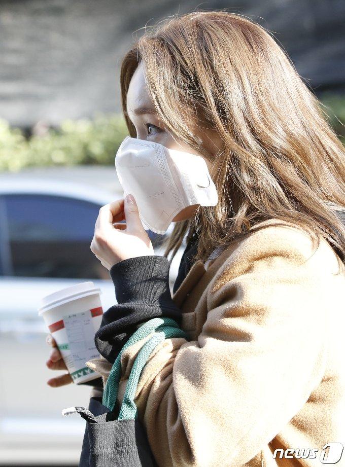 [사진] 임정희 '출근길 커피 한 잔'