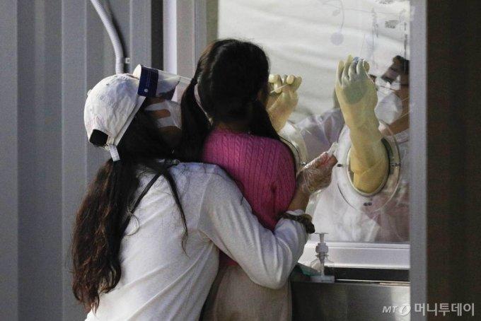 [서울=뉴시스] 박민석 기자 = 한 어린이가 28일 오후 서울 용산구 용산구보건소 신종 코로나바이러스 감염증(코로나19) 선별진료소에서 검체를 채취하고 있다. 2020.09.28.   mspark@newsis.com