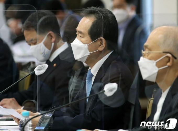 정 총리, 文대통령 만나 '윤석열 자진사퇴 필요' 언급