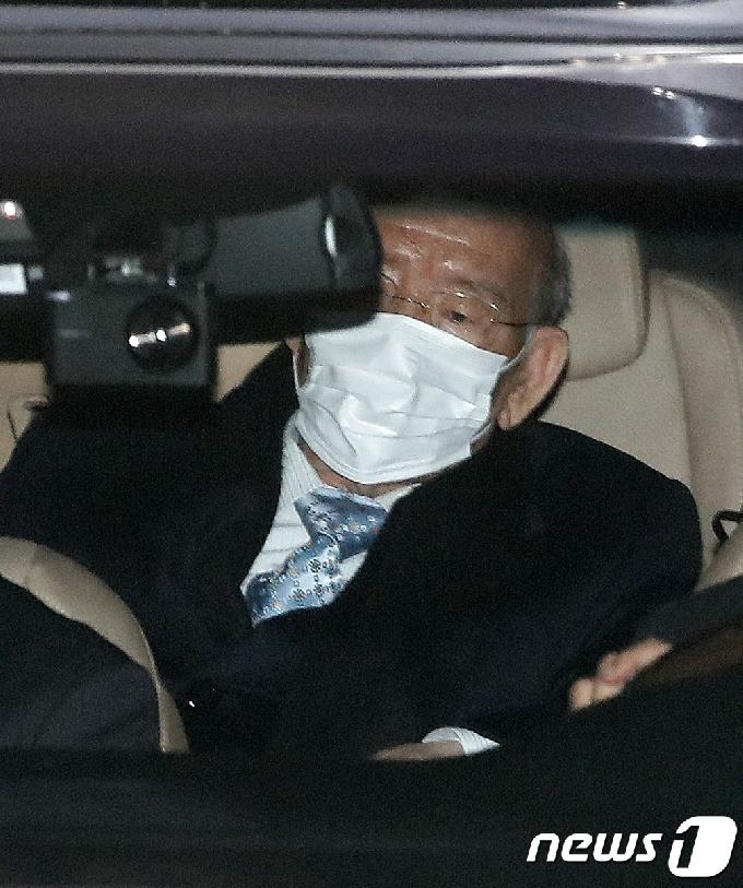 [사진] 전두환 '유죄 선고 받고 집으로'