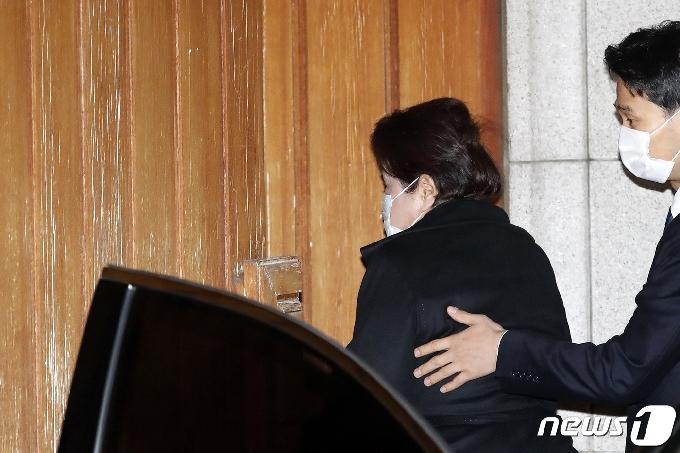[사진] 자택 들어가는 전두환 전 대통령 부인 이순자 씨
