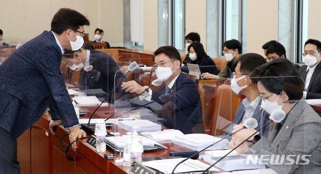고용진 기획재정위 조세소위원장이 지난달 26일 국회에서 열린 기재위 조세소위에서 김수홍 더불어민주당 의원과 대화를 하고있다. / 사진제공=뉴시스