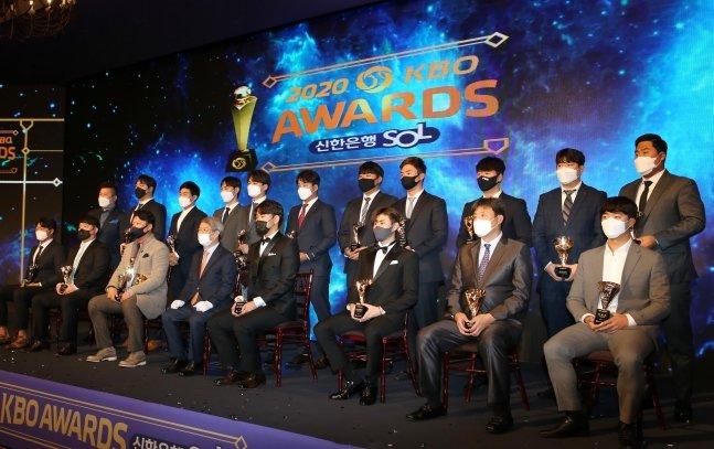 정운찬 KBO 총재(아랫줄 왼쪽에서 네 번째) 및 2020 KBO 시상식 수상자와 관계자들. /사진=KBO 제공