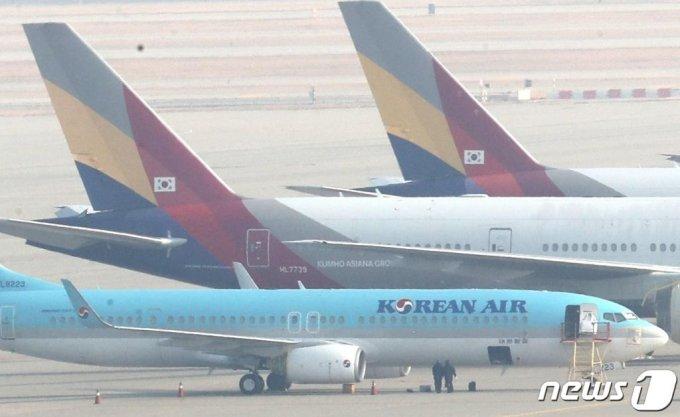 지난달 26일 인천국제공항 주기장에 대한항공과 아시아나항공 여객기가 이륙준비를 하고 있다. /사진=뉴스1