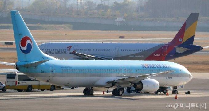 대한항공의 아시아나항공 인수 여부를 결정할 법원 판단이 임박한 가운데 30일 서울 강서구 김포공항 계류장에서 대한항공과 아시아나항공 여객기가 이동하고 있다. / 사진=이기범 기자 leekb@