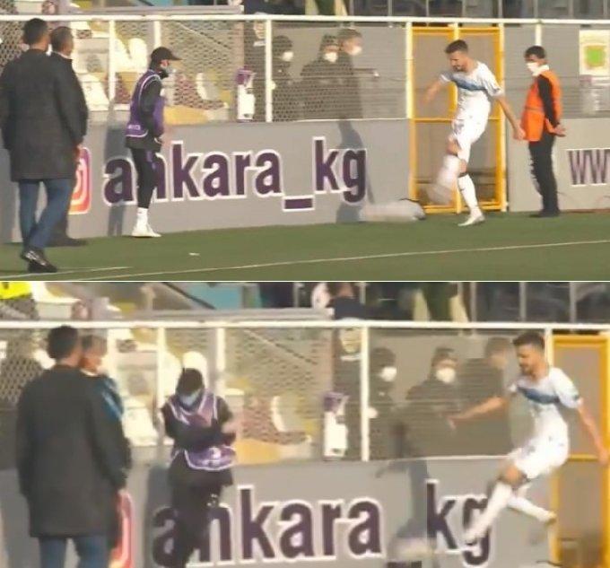 카라에르(오른쪽)이 볼 보이를 향해 강슛을 날리고 있다. /사진=터키 매체 타크빔