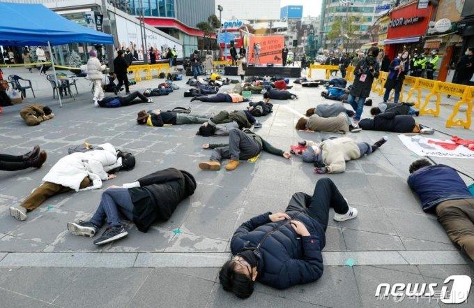 (서울=뉴스1) 안은나 기자 = 21일 오후 서울 서대문구 연세로에서 열린 기후위기비상행동 '1.5도를 지키는 동네방네 기후행동 in 서울'에서 참가자들이 과감한 2030년 온실가스 감축과 2050년 배출제로를 촉구하며 다이인(Die-in) 퍼포먼스를 하고 있다. 2020.11.21/뉴스1