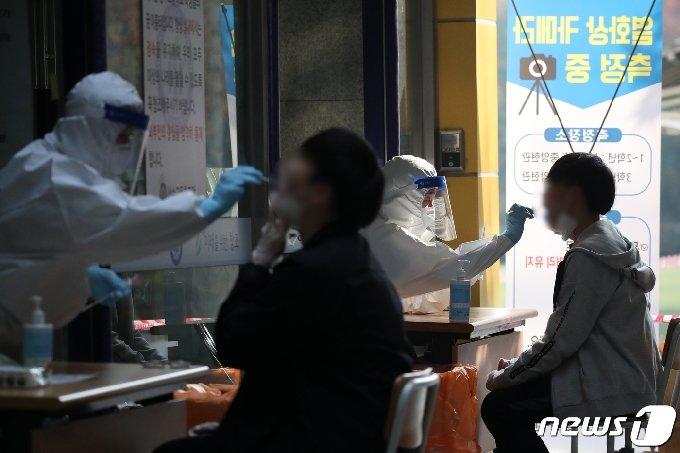 코로나19 검체 검사 /뉴스1 © News1 이승배 기자