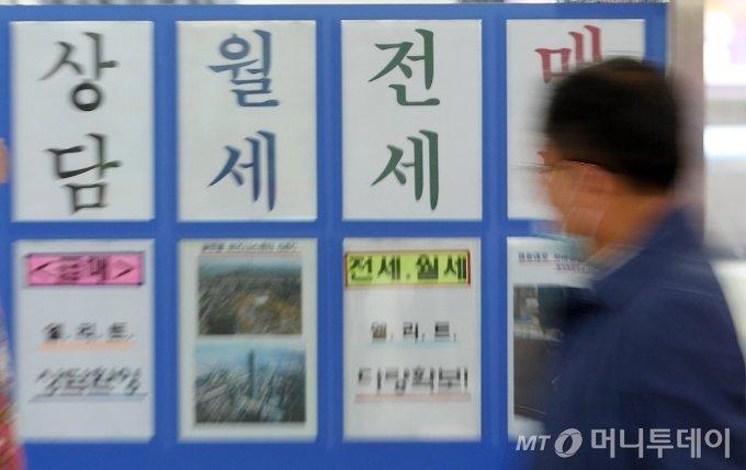 전세대란이 지속되며 정부가 오는 19일 추가 전세대책을 발표할 예정인 가운데 18일 서울 송파구의 부동산 사무소에 매물 전단이 붙어있다. / 사진=김휘선 기자 hwijpg@