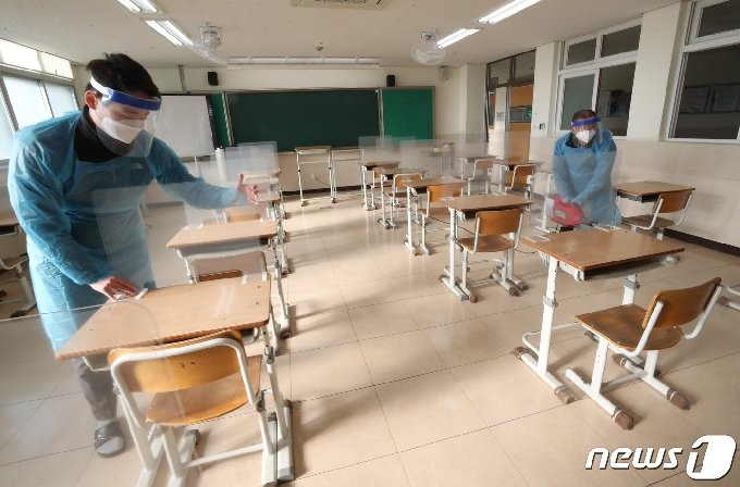 2021학년도 대학수학능력시험을 일주일 앞둔 26일 오전 대전고등학교에서 관계자들이 시험장에 칸막이 설치와 방역을 하고 있다. 2020.11.26/뉴스1 © News1 김기태 기자