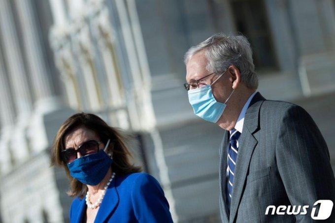 낸시 펠로시 미국 하원의장(왼쪽)과 미치 매코널 상원 원내대표