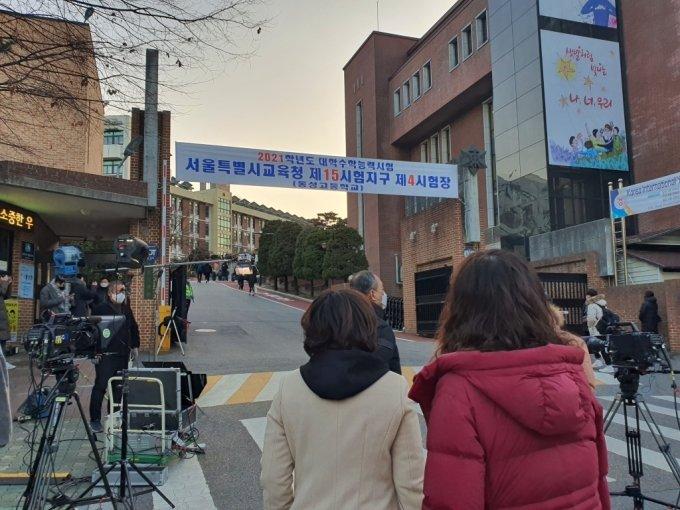 2021학년도 수능이 치러지는 3일 서울 동성고 앞에서 수험생들을 바라보는 학부모들 /사진=정경훈 기자