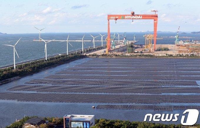 전북 군산시 군산2산업단지 유수지에 들어선 수상 태양광 발전소./뉴스1 © News1