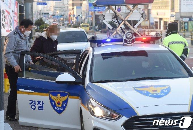 고사장을 잘못찾은 수험생이 북일여고로 이동하기 위해 경찰차에 오르고 있다.© 뉴스1