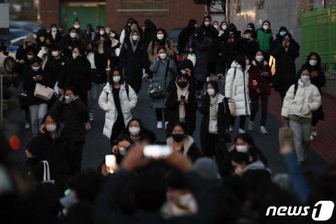 지난 3일 오후 서울 강남구 개포고등학교에서 수능 수험생들이 고사장을 나서고 있다./사진=뉴스1